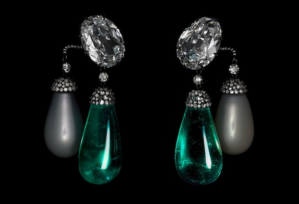 Earrings of emeralds, diamonds, oriental pearls, and platinum by JAR, 2011 (private collection)