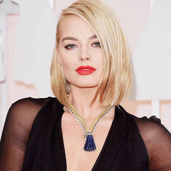 Margot Robbie wears a Van Cleef & Arpels Zip necklace at the Academy Awards Show on February 22, 2015