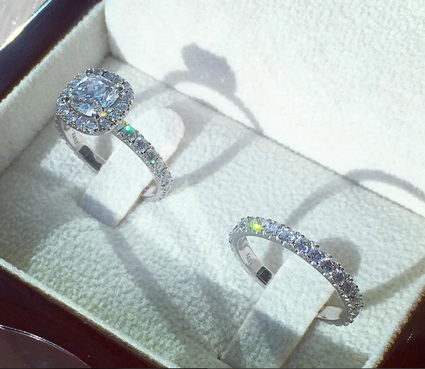 Wedding ring set with conflict free diamonds