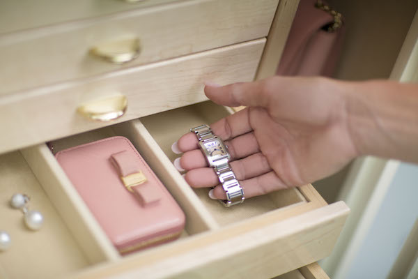 jewelery-safe-Gem 4018 EliteGem_WhiteandSand_nice_jewelry_hand_ring_closeup
